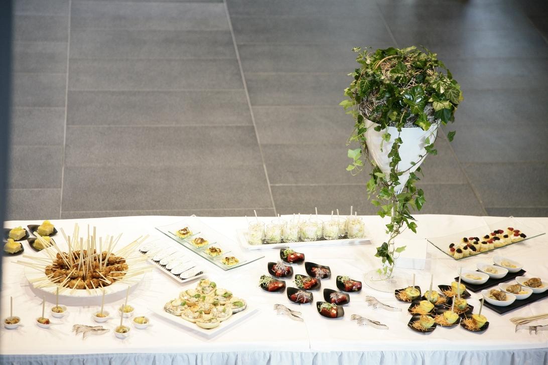 Buffet mit herzhaften Canapes und Speisen und Blumendeko